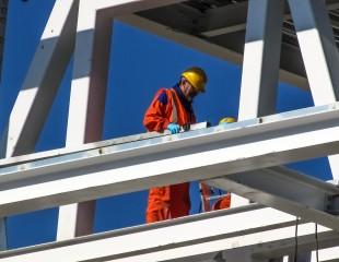 В скольких СРО в области строительства должен состоять подрядчик?